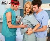 Doktorku Ashlynn Brooke šuká v nemocnici duo James Deen a Kris Slater