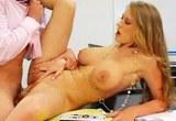 Přitažlivá sekretářka sexuálně uspokojí svého šéfa