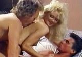 Blondýnka Brit Morgan šuká s dvěma muži – retro porno