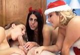 Šťastný chlapík tráví vánoční čas ve skupinovém sexu