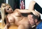 Prsatá blondýna Madison Ivy si užívá sexu v kanceláři