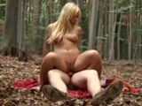 Krásná sexy   blondýnka šuká v lesíku