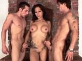 Sexy  brunetka  Sunshine Seiber souloží se dvěma muži