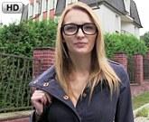 Public Agent aneb Rychlý Prachy pro český holky z ulice – Brýlatá blondýnka Belle