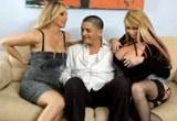 Dvě zralé blondýnky, Julia Ann a Taylor Wane, zaučují nezkušeného mladíka