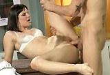 Brunetka Bobbi Starr nastaví svojí nevyholenou kundičku