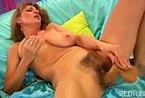Masturbace starší ženské s nevyholenou kundičkou