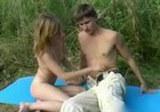 Mladý pár sexuálně splyne s přírodou