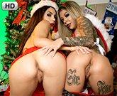 Prsaté holky Karma Rx a Valentina Nappi ve vánočním lesbickém sexu