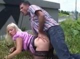 Vnadná  blondýnka si to nechá udělat u dálnice
