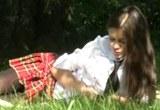 Mladá Češka Little Caprice šuká na čerstvém vzduchu v parku