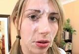Mladá  holka si nechá plnou dávkou postříkat obličej