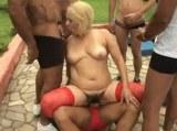 Zralou nevyholenou ženskou ojede sedm chlapíků