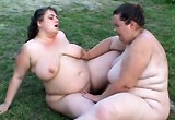 Dvě boubelky se lesbicky uspokojí venku na trávníku