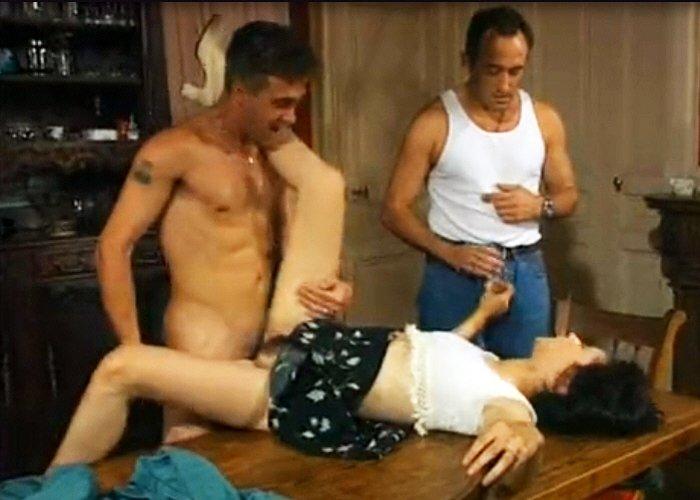 Mladá necudná černovláska šuká se dvěma muži