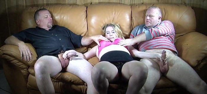 Nadržená baculka se snaží uspokojit dva penisy najednou