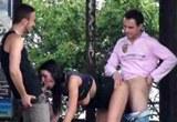 Necudná brunetka šuká se dvěma muži na veřejnosti