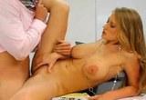 Americká brunetka Abby Rode souloží v kanceláři