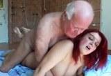 Kozatá zrzka v pohlavním styku se starým mužem