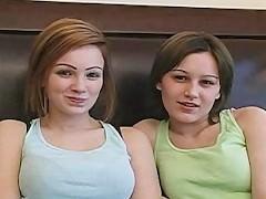 Dvě sexy holky Kristin a Bridget šukají ve trojce