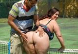 Boubelka  Rikki  Waters  prcá s tenisovým koučem na kurtu